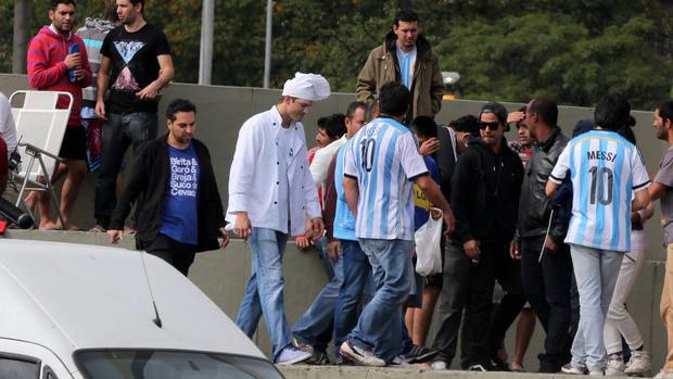 O ator Ashton Kutcher se vestiu de cozinheiro e visitou argentinos no Rio de Janeiro