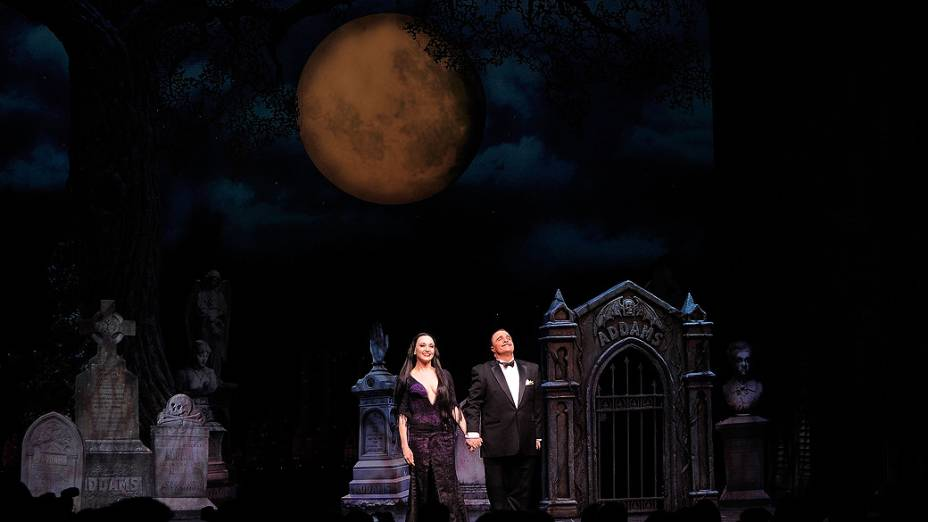 "Atores Nathan Lane e Bebe Neuwirth na peça da Broadway ""The Addams Family"""