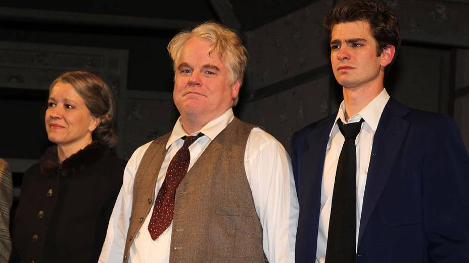 "No centro o ator Philip Seymour Hoffman na peça da Broadway ""Death Of A Salesman"""