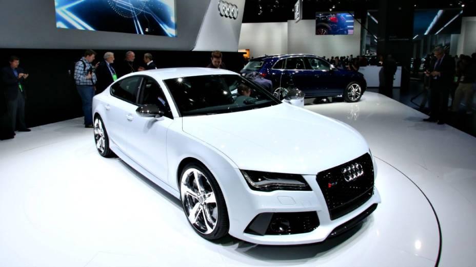 Audi RS7 - Ainda não se sabe ao certo quando ele desembarca no país, mas isso é uma questão de tempo. O novo sedã esportivo, que passa a ocupar o lugar deixado pelo RS6, cuja produção foi encerrada, vem com motor V8 4.0 turbo, de injeção direta de combustível, capaz de gerar 567 cv de potência e 71,4 kgfm de torque máximo, e tração integral quattro. De acordo com a Audi, ele acelera de 0 a 100 km/h em 3,9 segundos e alcança a máxima de 305 km/h
