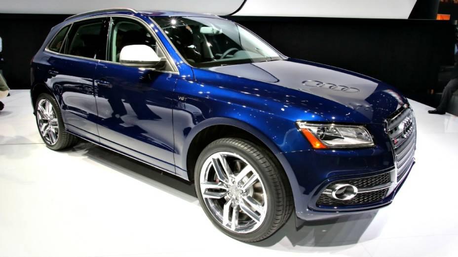 Audi SQ5 - A versão mais nervosa do jipinho Q5 chega ao Brasil até dezembro deste ano, pouco depois de seu lançamento nos Estados Unidos. Quem promete é a filial brasileira da Audi. O modelo estreia em Detroit equipado com motor V6 3.0, com 354 cv de potência e 48 kgfm de torque. Com esta configuração, o SUV compacto está apto a atingir 250 km/h de velocidade máxima e acelerar de 0 a 100 km/h em 5,3 segundos