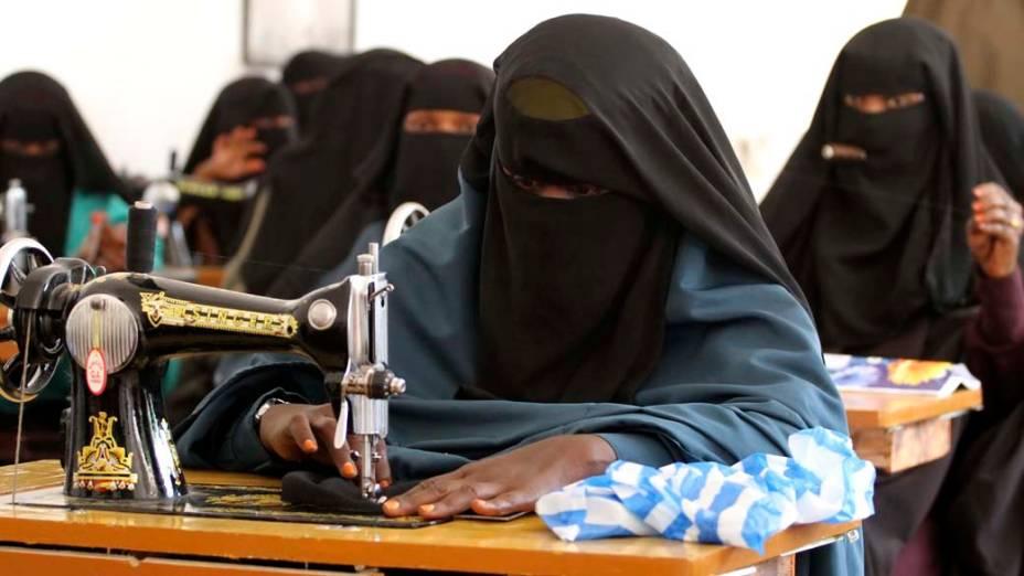Mulher participa de aulas de costura na cidade de Mogadíscio, Somália