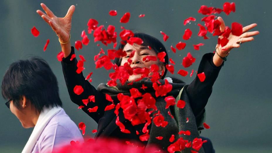 A líder oposicionista de Mianmar, Aung San Suu Kyi, dispersa pétalas de rosas no memorial do primeiro premiê indiano, Jawaharlal Nehru, em Nova Délhi