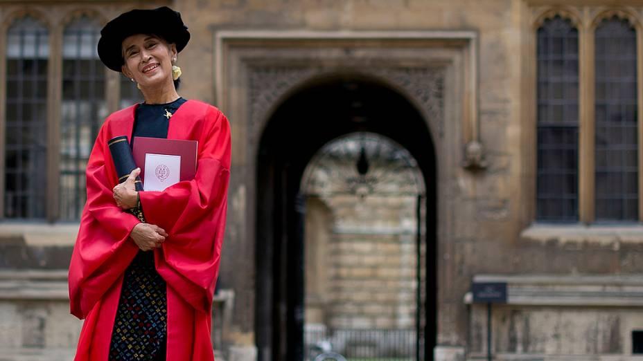 Suu Kyi recebe doutorado honorário em visita a Oxford