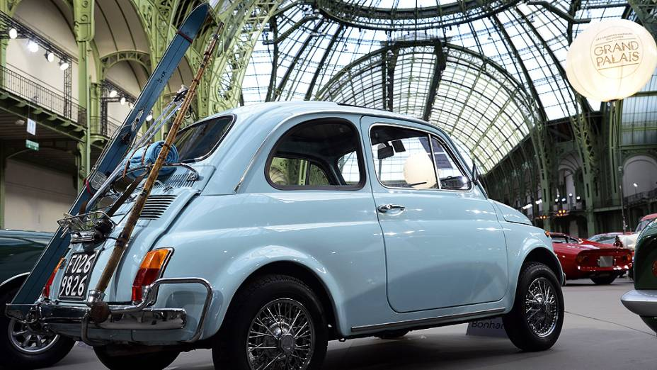 Fiat 500L, modelo de 1972 é exibido em um leilão de carros de luxo vintage no Grand Palais, França