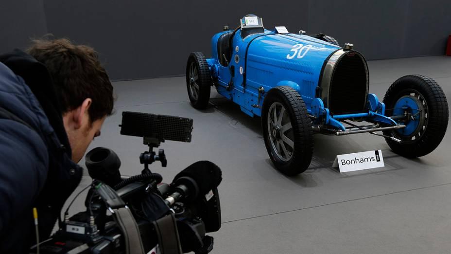 Bugatti Type 54 (1931) é exibido durante uma exposição de carros antigos e motos no salão de exposições Grand Palais