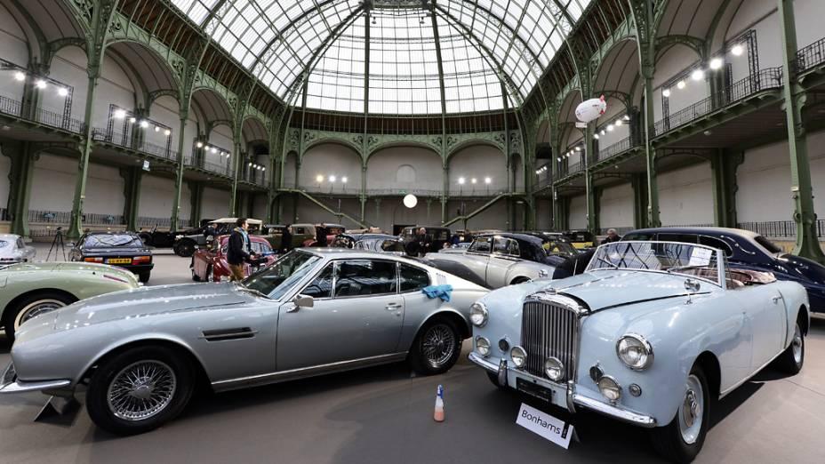 Aston Martin DBS coupe (1968) and a Bentley Mk VI Cabriolet (1947) são exibidos em um leilão no Grand Palais, França