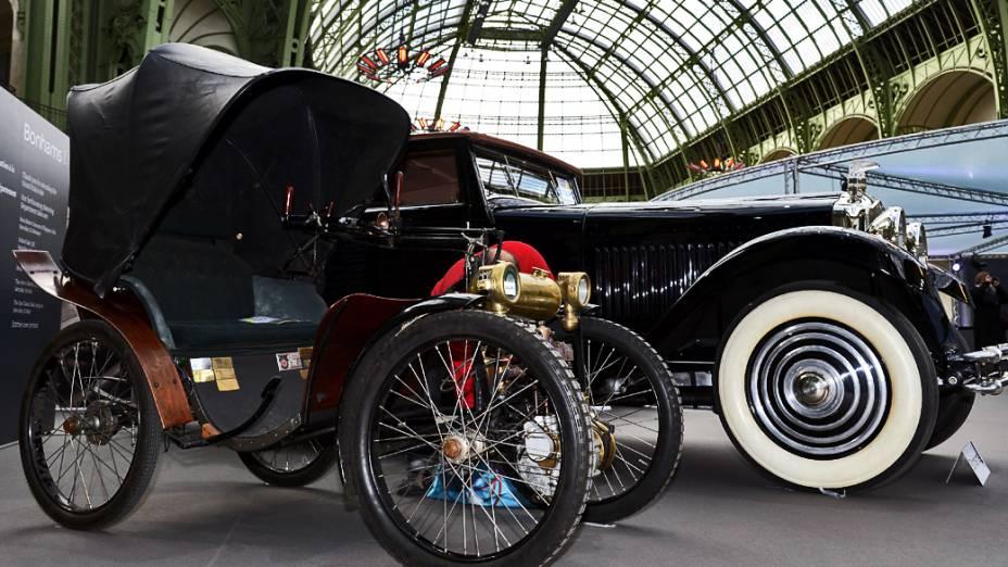 Salão de exposição no Grand Palais em Paris exibe carros e motos antigos