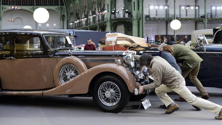 Daimler 4 Litre Sports berline (1939) é exibido em leilão no Grand Palais junto de outros veículos vintages, na França