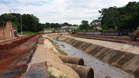 Obras ao longe de córrego na Avenida 8 de Abril, atrás da Arena Pantanal em Cuiabá (MT)