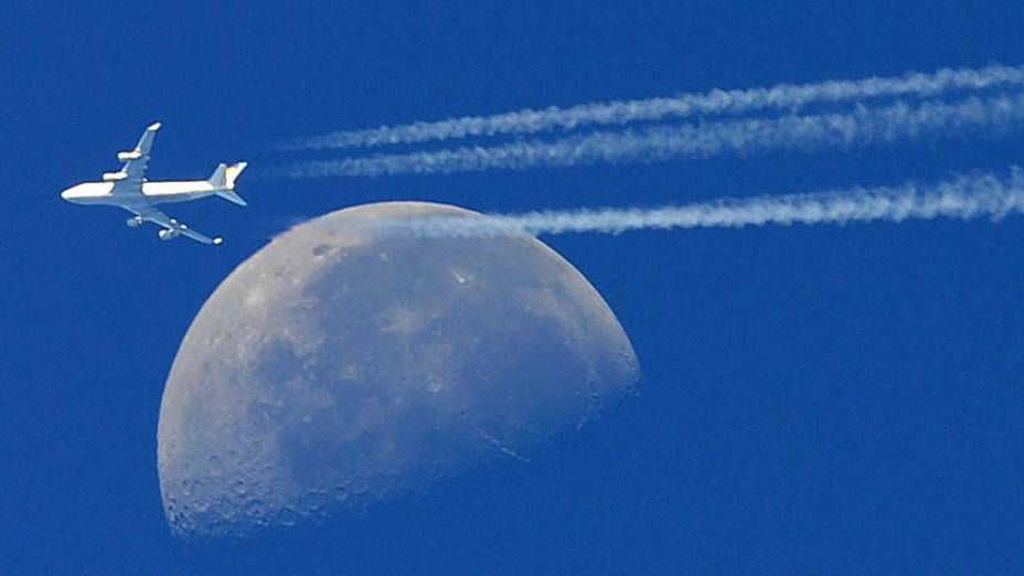 Voo da aeronave Boeing 747 em Martigues, no sul da França
