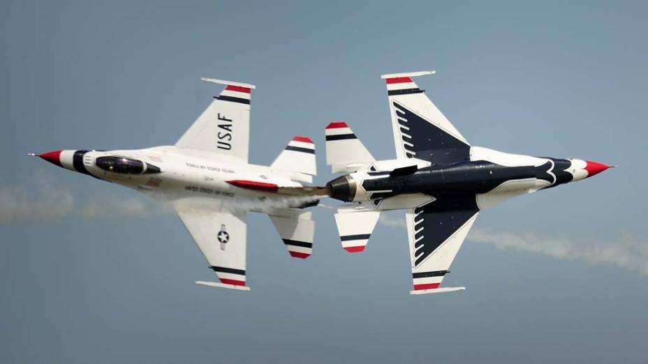 O esquadrão Thunderbirds da Força Aérea Americana se apresenta na cidade de Constança, Romênia