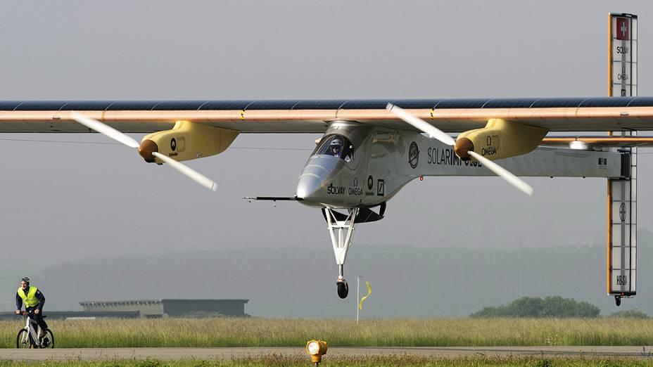Aeronave suíça movida a energia solar batizada Solar Impulse decola em Payerne, na Suíça, rumo ao Marrocos<br>