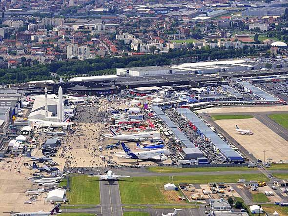 Mais de 140 aeronaves estão em exibição em Le Bourget, entre helicópteros e aviões civis e militares. 42 delas estão fazendo voos de demonstração
