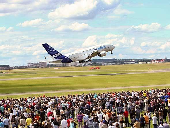 <br><br>  Uma multidão observa o Airbus A380. Mas não é fácil manobrar o maior avião de passageiros do mundo no congestionado Le Bourget. Ontem, a aeronave bateu a asa numa estrutura próxima à pista e teve de ser substituída