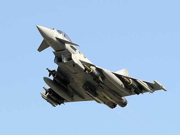 Cedidos pelas forças aéreas da Itália e do Reino Unido, aviões de combate Typhoon, da Eurofighter, voaram diretamente da Líbia ao Salão Aeronáutico de Paris para os voos diários de exibição