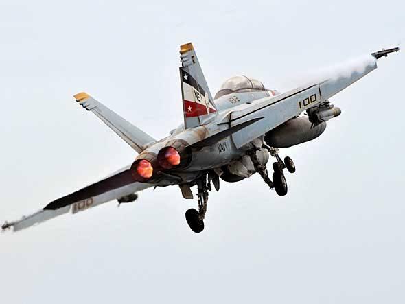 A Boeing levou vários aviões militares a Le Bourget. O jato de combate F/A-18F Super Hornet tem vários voos de exibição programados no evento