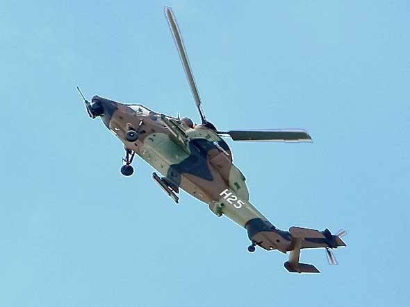 O helicóptero Tigre, da Eurocopter, demonstra sua capacidade de manobra. Sua fuselagem é feita de 80% de polímero com fibra de carbono e kevlar, material que também é usada em coletes à prova de balas