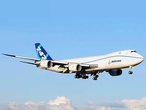 O cargueiro Boeing 747-8i chegou a Paris queimando combustível misto, 85% de querosene e 15% de óleo de camelina. Em sua versão para passageiros, o 747-8 leva 467 pessoas, 51 a mais que seu antecesso