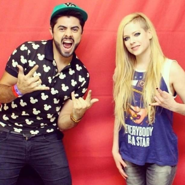 Com sorriso amarelo, Avril Lavigne posa ao lado de fã: Meet and Greet da cantora no Brasil saiu por 800 reais