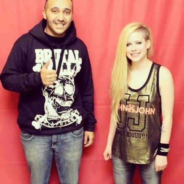 Avril posa para foto com fã brasileiro: a 800 reais, pacote incluía foto com a cantora, mas fãs não precisaram manter distância