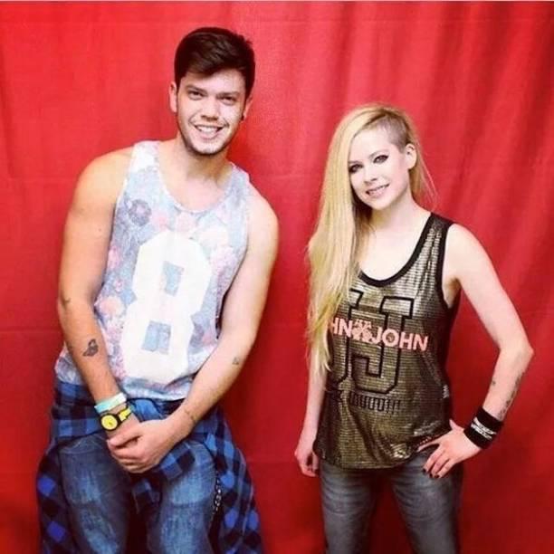 Avril posa para foto com fã brasileiro: a 800 reais, pacote incluía foto com a cantora, mas fãs precisaram manter distância