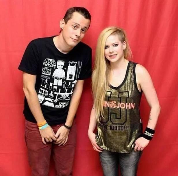 Avril posa com fã brasileiro: a 800 reais, pacote incluía foto com a cantora, mas fãs precisaram manter distância