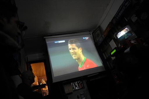 Torcedores portugueses acompanham jogo contra a Suécia em restaurante do Porto