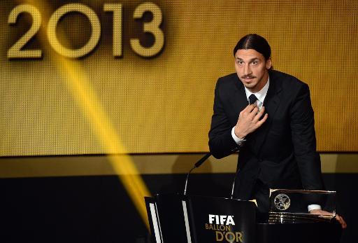 O sueco Zlatan Ibrahimovic recebe o prêmio de gol mais bonito em 13 de janeiro de 2014