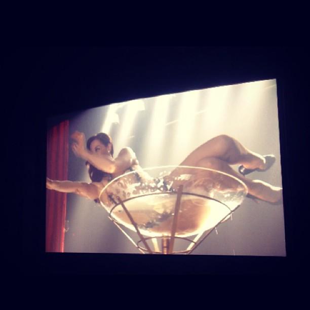 Cláudia Raia faz strip em uma taça em <em>Salve Jorge</em>