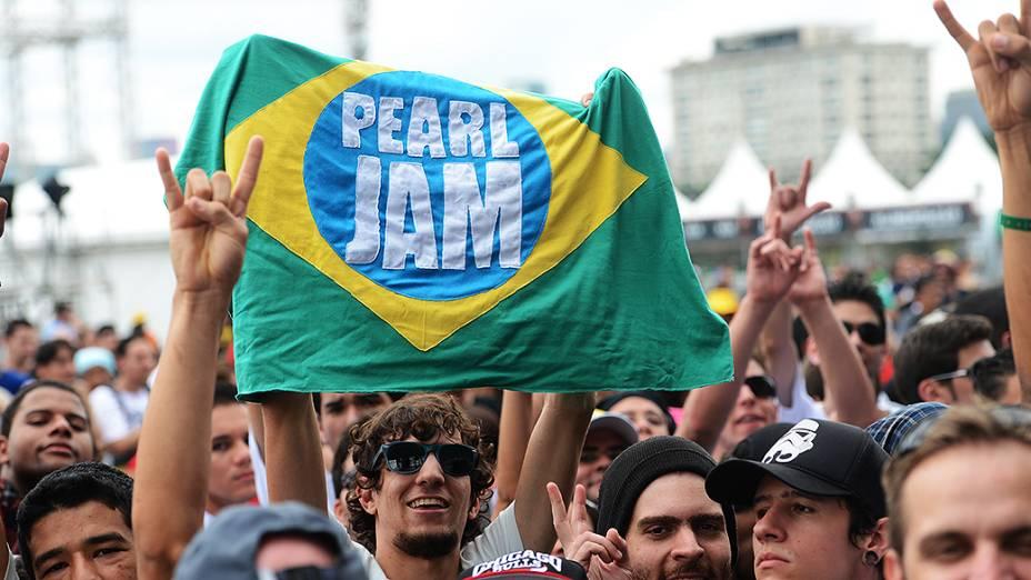 Público aguarda show da banda Pearl Jam, no Lollapalooza