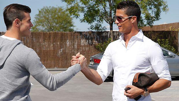 Bale é recebido por Cristiano Ronaldo antes de treino do Real Madrid