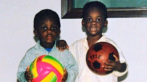 Balotelli (à dir.) com um de seus irmãos biológicos, quando ainda vivia com os pais ganeses
