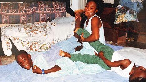 Balotelli, a mãe biológica e um irmão no pequeno apartamento onde vivia com a família