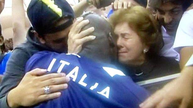 Balotelli beija a mãe adotiva, Silvia, depois de um jogo da Eurocopa-2012