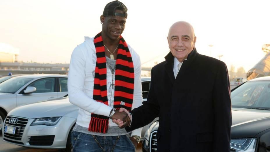Balotelli é recebido pelo cartola Adriano Galliani, do Milan, no Aeroporto de Milão