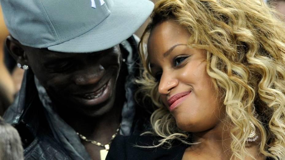 Mario Balotelli com a agora ex-noiva, Fanny Neguesha, no Estádio San Siro, em Milão