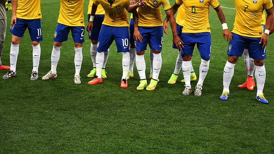 Chuteiras da seleção brasileira durante partida no Castelão