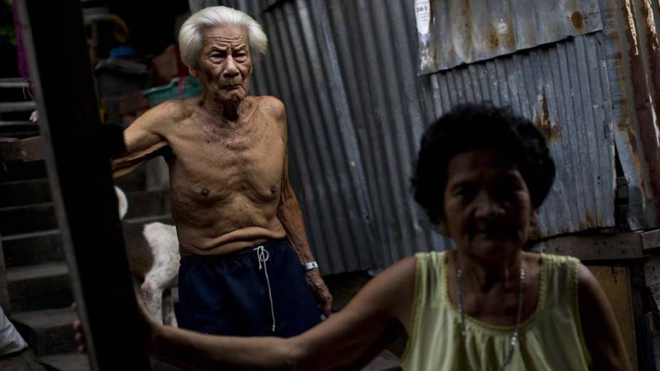 Casal em favela em Bancoc, na Tailândia