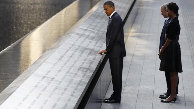 O presidente americano Barack Obama chega ao memorial do 11 de Setembro, acompanhado por George Bush e a primeira dama Michelle Obama