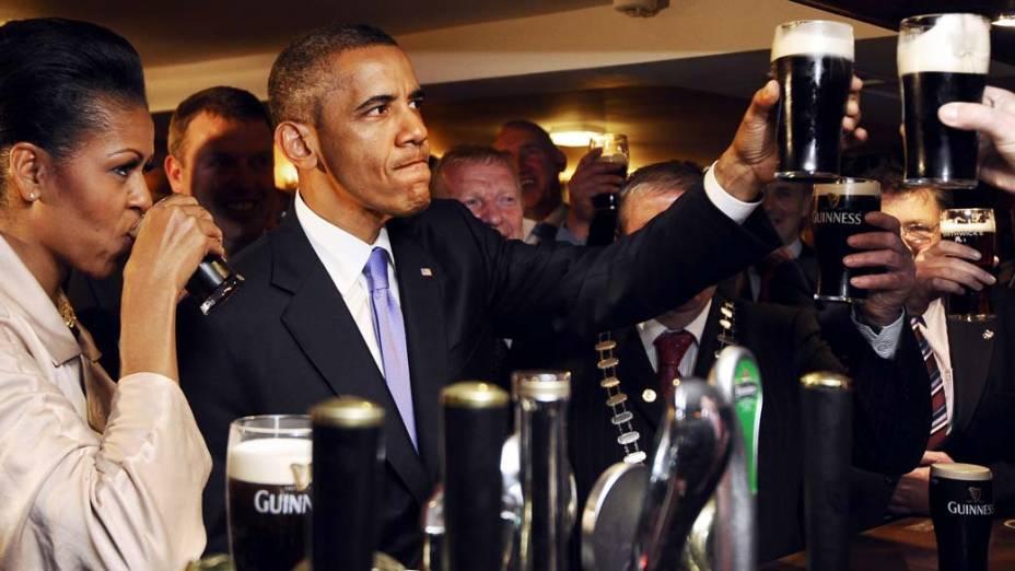 Barack Obama e Michelle Obama bebem cerveja na cidade de Moneygall, Irlanda