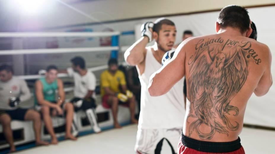Renan Barão treina com o colega de equipe José Aldo na preparação para o UFC 173, em que ele encara TJ Dillashaw, em maio, em Las Vegas