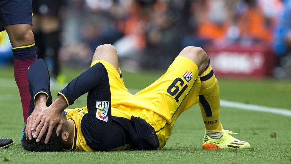 Diego Costa se desespera ao se machucar na partida entre Barcelona e Atlético de Madrid, na rodada final do Campeonato Espanhol