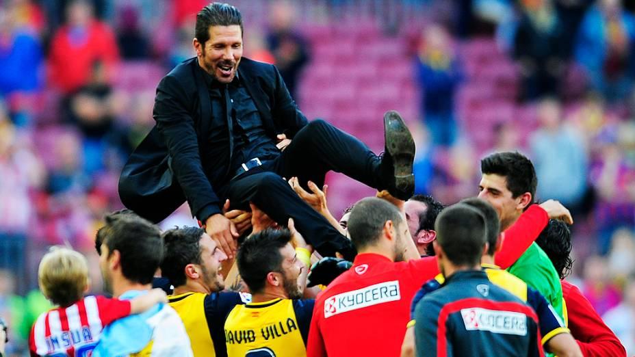 Ídolo da torcida, o argentino Diego Simeone foi carregado pelos atletas ao final da partida