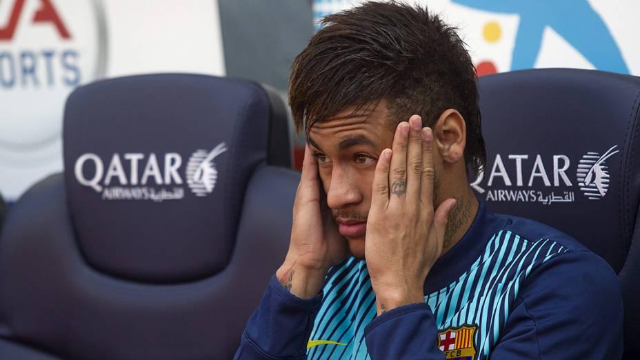 Ainda com dores no pé esquerdo, Neymar começou a partida no banco de reservas