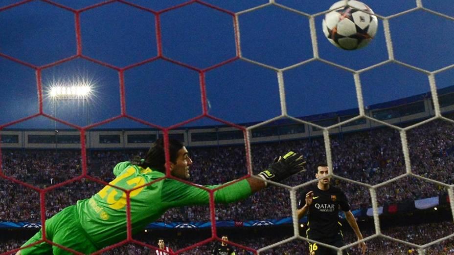 Goleiro Pinto fez boas defesas, mas não conseguiu vencer o Atlético