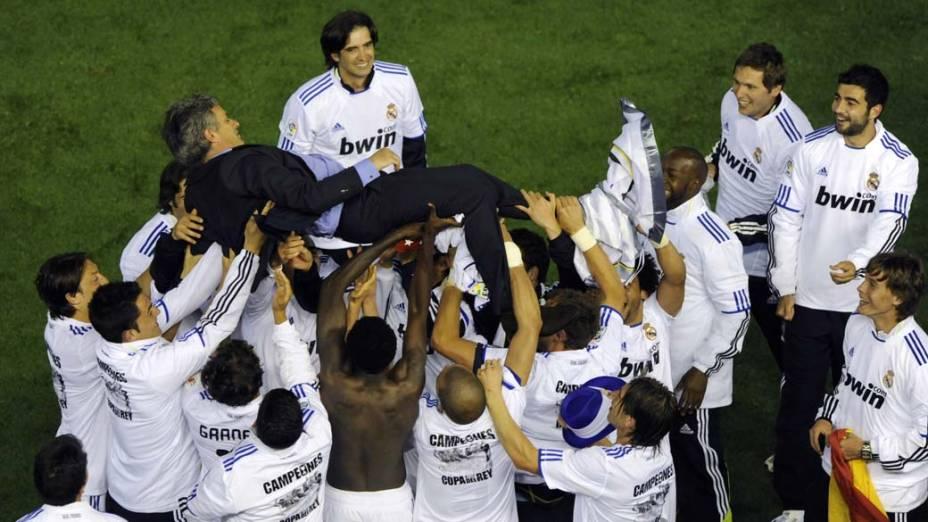 Jogadores do Real Madrid comemoram com o treinador vitória sobre o Barcelona na final da Copa do Rei