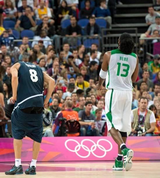 Prigioni, da Argentina, e Nenê, do Brasil, nas quartas de final do basquete