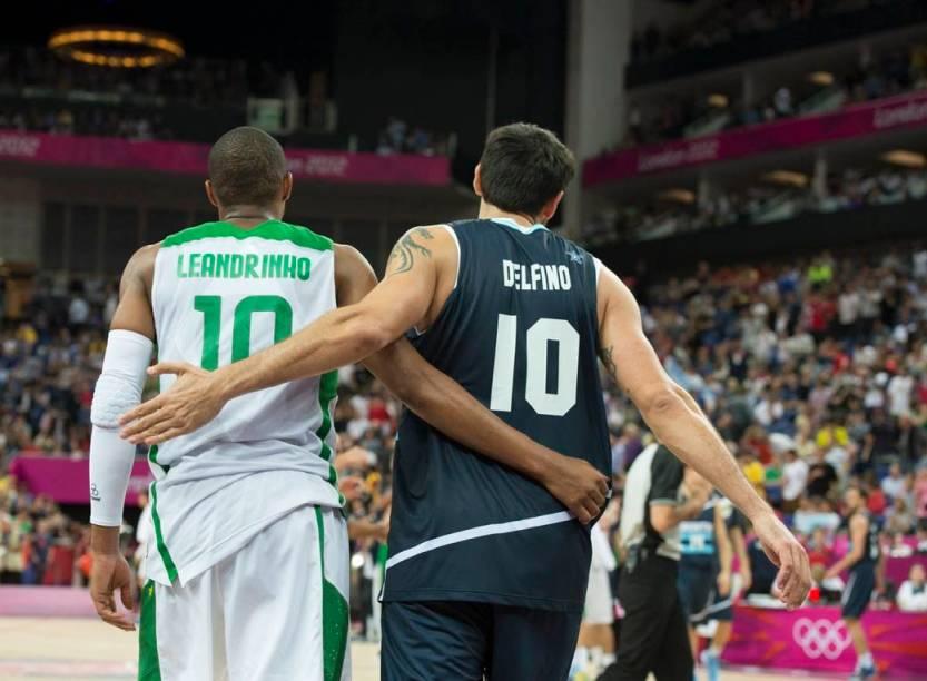 Leandrinho, do Brasil, e Delfino, da Argentina, nas quartas de final do basquete