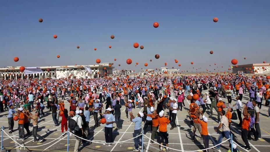 Crianças palestinas tentam bater o recorde mundial de mais pessoas batendo bolas de basquete ao mesmo tempo